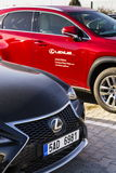 Carros de Lexus na frente do negócio que constrói o 25 de fevereiro de 2017 em Praga, república checa Fotos de Stock Royalty Free