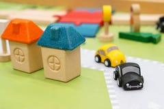 Carros de madeira coloridos imagens de stock