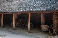 Carros de madera dentro del granero viejo Fotos de archivo libres de regalías