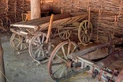 Carros de madera dentro del granero viejo Foto de archivo libre de regalías