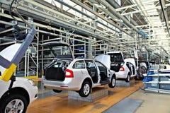 Carros de montagem Skoda Octavia na linha do transporte Imagens de Stock Royalty Free