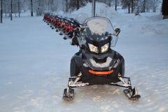 Carros de neve alinhados para uma excursão Fotografia de Stock