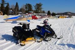 Carros de neve e planos de esqui Fotografia de Stock Royalty Free