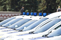 Carros de polícia com as sirenes vermelhas e azuis da cor Fotografia de Stock Royalty Free