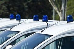 Carros de polícia com as sirenes vermelhas e azuis da cor Fotos de Stock