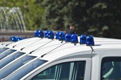 Carros de polícia com as sirenes vermelhas e azuis da cor Fotografia de Stock