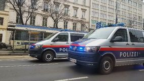Carros de polícia com luzes de piscamento na estrada de cidade, na lei e na ordem, segurança municipal filme