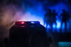 Carros de polícia na noite Carro de polícia que persegue um carro na noite com fundo da névoa Foco pSelective de 911 respostas de imagens de stock