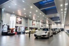 Carros de Porsche para a venda na sala de exposições Foto de Stock Royalty Free