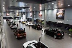 Carros de Porsche para a venda na sala de exposições Fotografia de Stock