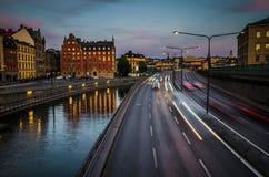 Carros de pressa na ponte de Centralbron, Gamla Stan, Éstocolmo, sueco fotografia de stock