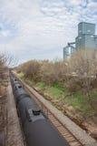 Carros de tanque pretos que passam um elevador de grão Foto de Stock Royalty Free
