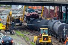 Carros de trem que levam o óleo descarrilhado fotos de stock