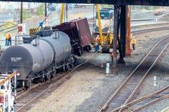Carros de trem que levam o óleo descarrilhado fotos de stock royalty free