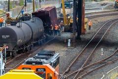 Carros de trem que levam o óleo descarrilhado imagem de stock