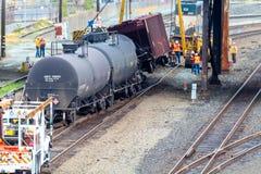 Carros de trem que levam o óleo descarrilhado imagens de stock