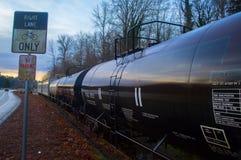 Carros de trem que sentam-se em trilhas Fotografia de Stock Royalty Free