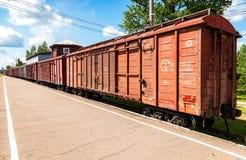 Carros de um trem de mercadorias que está em uma estação de trem provincial Imagens de Stock Royalty Free