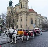 Carros del caballo delante del St Nicholas Church en Praga Imágenes de archivo libres de regalías