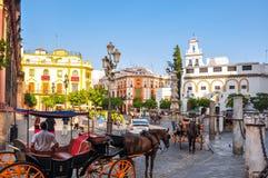 Carros del caballo en el centro de Sevilla, España foto de archivo