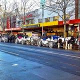 Carros del caballo en una ciudad Foto de archivo