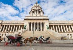 Carros del caballo que esperan a turistas en La Habana Imagen de archivo