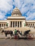 Carros del caballo que esperan a turistas en La Habana Foto de archivo