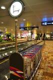 Carros del equipaje en el aeropuerto de Changi, Singapur Imágenes de archivo libres de regalías