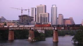 Carros del tren de carga en un puente en Austin metrajes