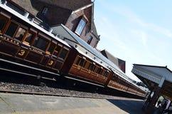 Carros del tren inmóviles en la plataforma de la estación. Fotos de archivo libres de regalías