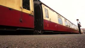 Carros del tren que salen de la estación A almacen de video