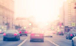 Carros do borrão na estrada com tráfego liso na área da junção Os carros param ao lado da estrada e da luz fotos de stock royalty free