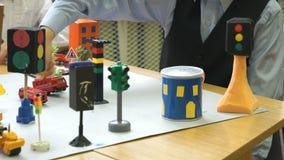 Carros do brinquedo da posse das crianças em suas mãos Close-up video estoque