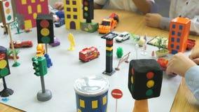 Carros do brinquedo da posse das crianças em suas mãos Close-up vídeos de arquivo