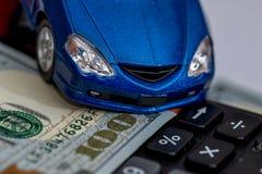 Carros do brinquedo e calculadora, dinheiro Imagens de Stock Royalty Free