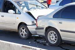 Carros do close up dois em um acidente de trânsito na rua Foto de Stock
