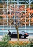 Carros do governo no Parlamento Europeu durante o presidente francês v fotografia de stock royalty free
