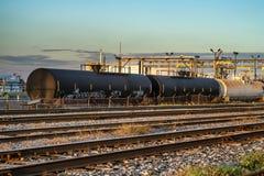 Carros do líquido do trem da refinaria Fotografia de Stock Royalty Free