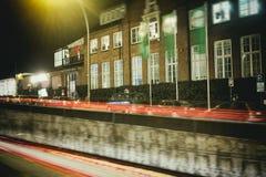 Carros do laser da noite da exposição de tempo da cidade de Hamburgo fotografia de stock royalty free