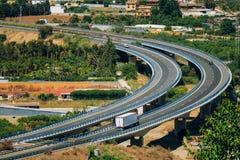 Carros do movimento na autoestrada na Espanha, Europa Foto de Stock