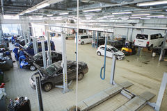 Carros do reparo dos mecânicos na estação para a manutenção Imagens de Stock