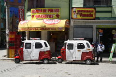 Carros do táxi de Tuk Tuk no restaurante em Coroico, Bolívia Fotografia de Stock Royalty Free