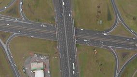 Carros do tráfego que vão sobre a estrada larga da estrada da ponte da junção Vista superior video estoque