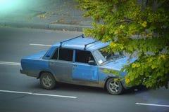carros do vintage abandonados e que oxidam afastado imagem de stock