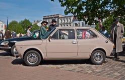 Carros do vintage estacionados em um mercado Imagem de Stock