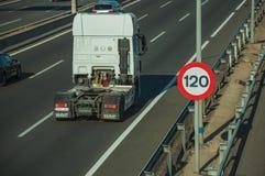 Carros e caminhão na estrada e no letreiro do LIMITE de VELOCIDADE no Madri foto de stock
