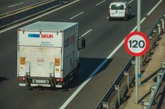 Carros e caminhão na estrada e no letreiro do LIMITE de VELOCIDADE no Madri fotografia de stock royalty free