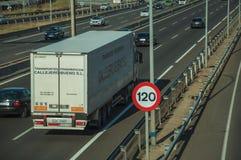 Carros e caminhão na estrada e no letreiro do LIMITE de VELOCIDADE no Madri fotos de stock royalty free
