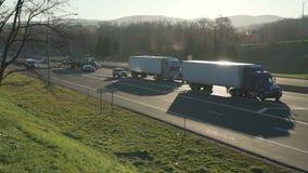 Carros e caminhões em uma estrada