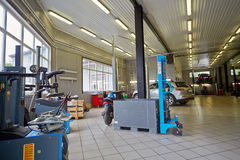 Carros e equipamento na oficina da estação do serviço Fotos de Stock
